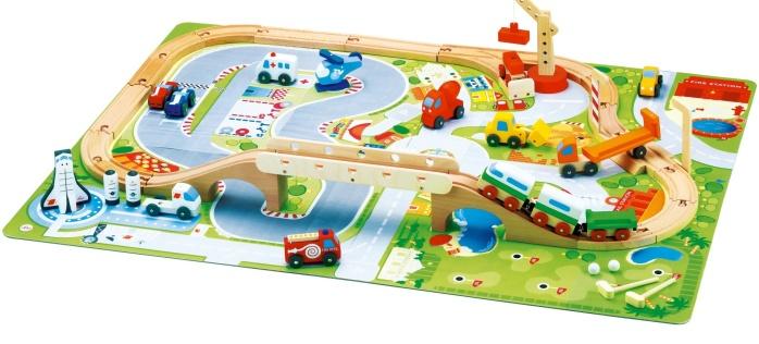 Plateau de jeu avec circuit de train, véhicules et éléments de décor en bois - Sévi